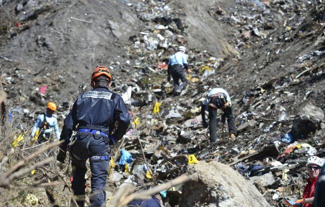 PULVERISERT: Redningsarbeidere jobber i fjellsiden der Germanwings-flyet styrtet denne uken. Ingen av de 150 personene ombord overlevde.