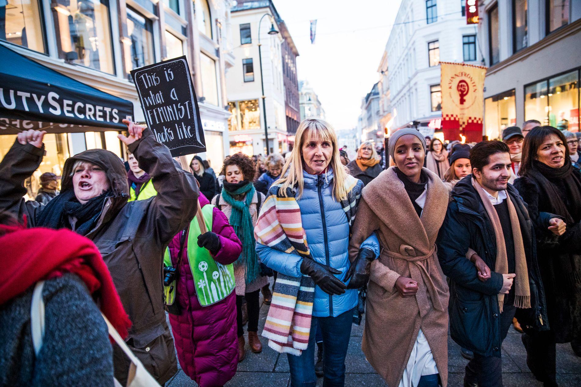 KVINNEMARSJ: I kjølvannet av innsettelsen av den amerikanske presidenten fredag ble det arrangert kvinnemarsj verden over. Arrangementet Women`s March gikk også i Oslo. Brit-Agnes Sværi (i blått) var inititativtager. Foto: FRODE HANSEN, VG