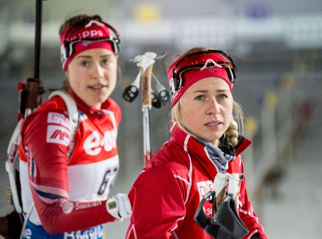 FØR START: Synnøve Solemdal og Tiril Eckhoff var de norske jentene som gikk lørdagens fellesstart i Ruhpolding.