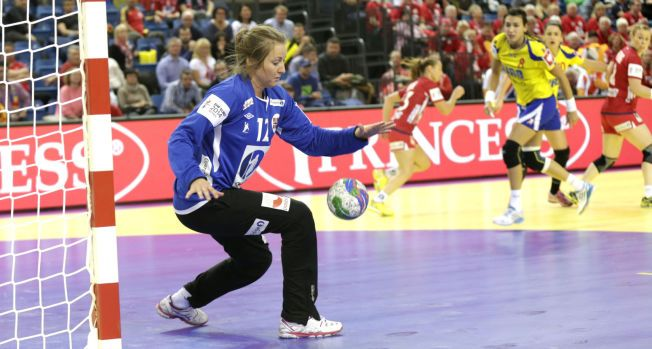 GOD MOT NEAGU: Silje Solberg var god da hun slapp til mot Romania søndag. Her redder hun fra storstjernen Cristina Neagu.