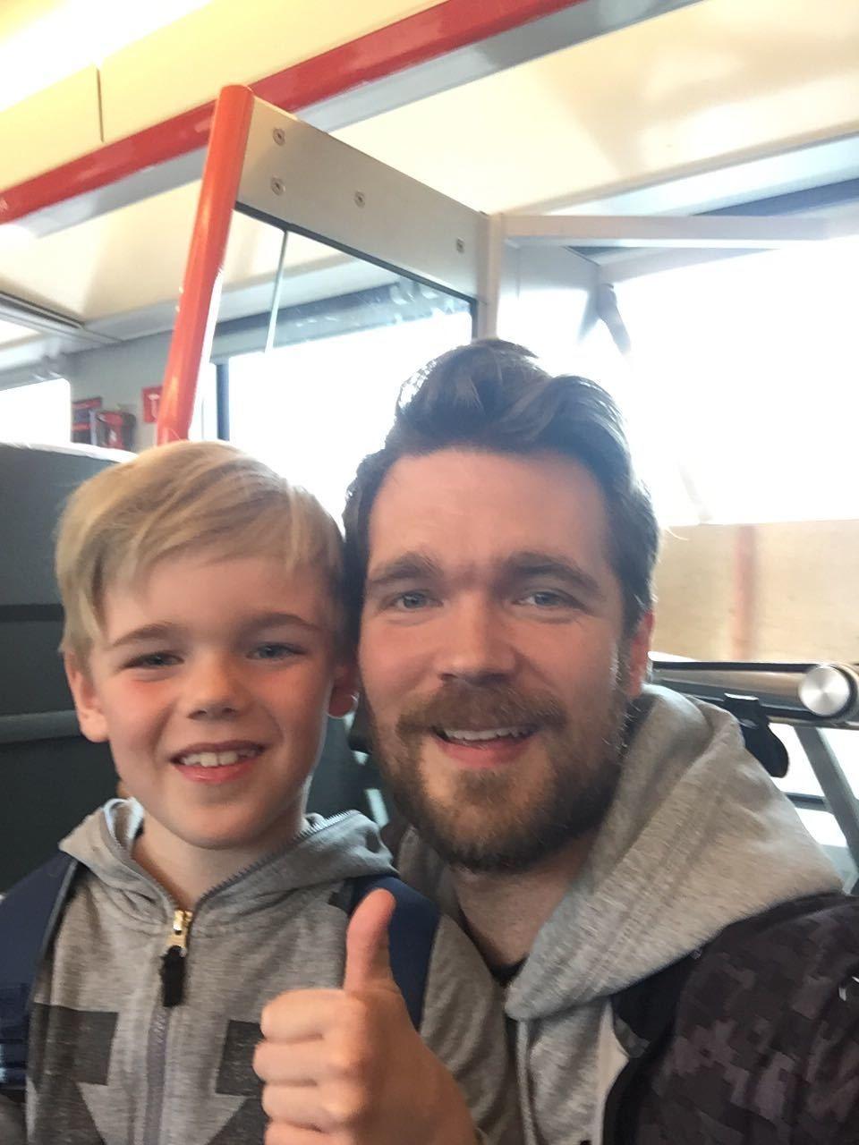 HURRA: Gutteturen til Falk (7) og Jan Tore Klause (34) til Leeds er reddet! Her er de på vei til Oslo for å slå i hjel noen timer før de har fått kveldsfly via Göteborg til England.
