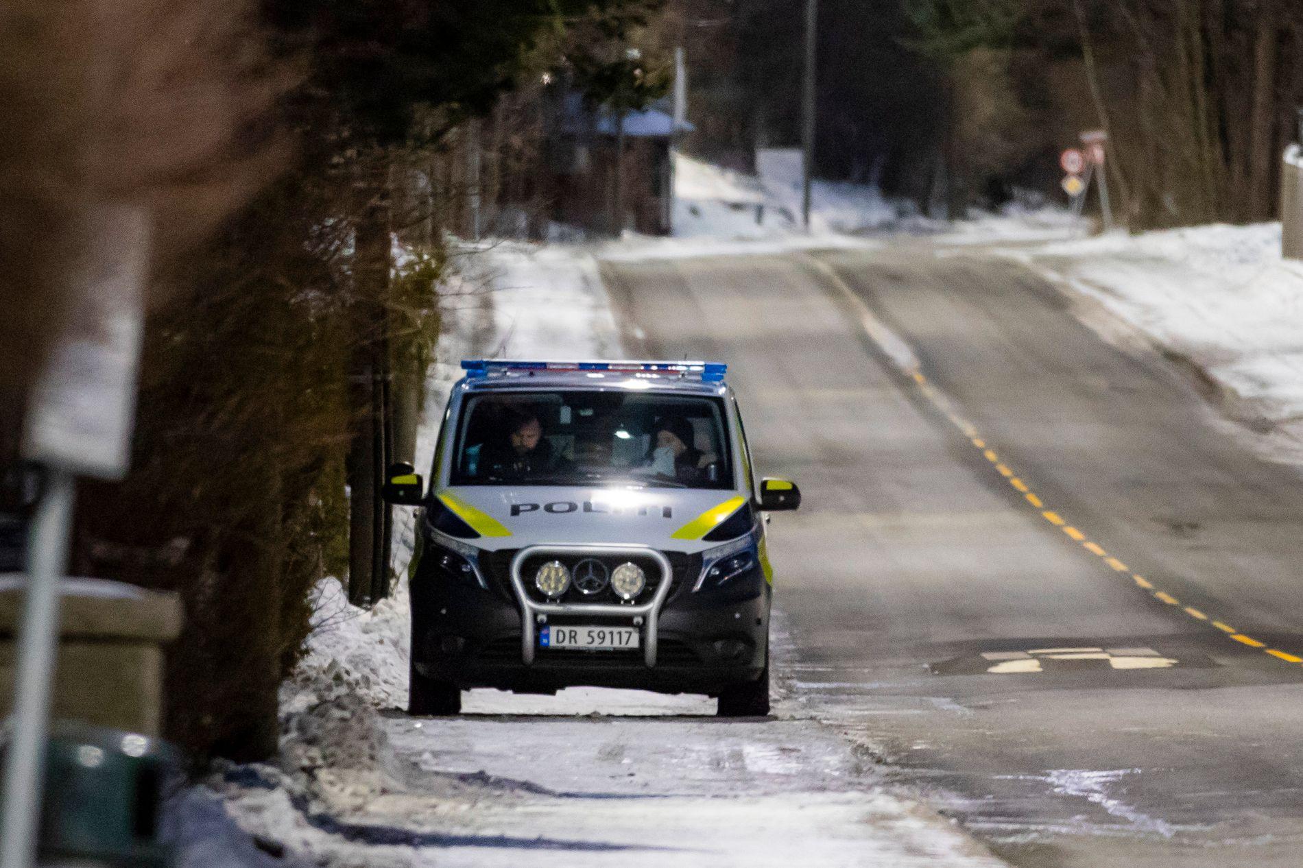 PÅ PLASS: Politiet holder oppsyn med boligen til justisminister Tor Mikkel Wara etter at en bil som tilhører familien skal ha blitt påtent natt til søndag.