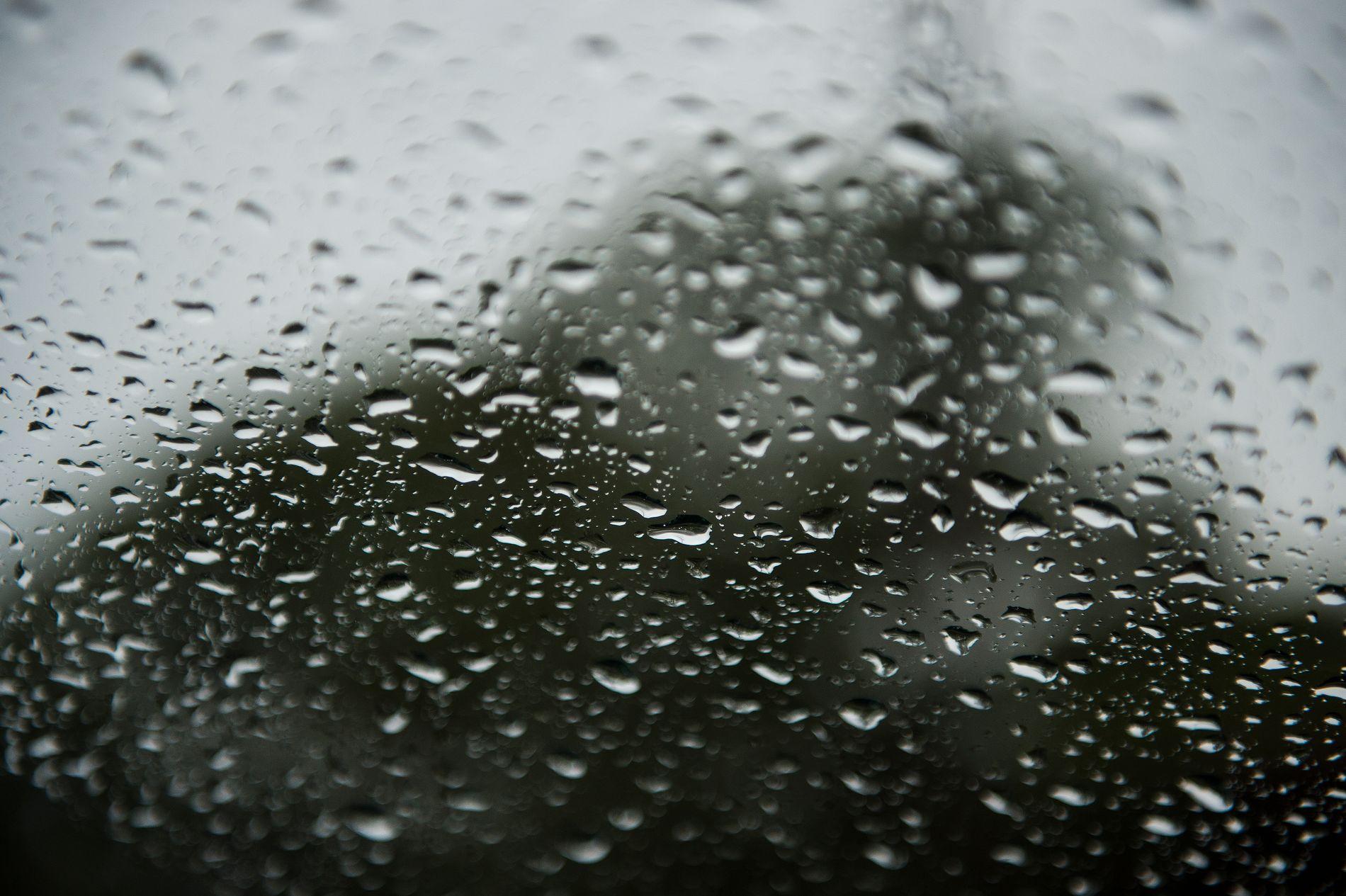 VARIERT: Samtidig som vi noen steder kan komme opp mot 55 millimeter regn på tre timer, kan vi få over 30 grader og varmerekord de nærmeste dagene på andre steder.