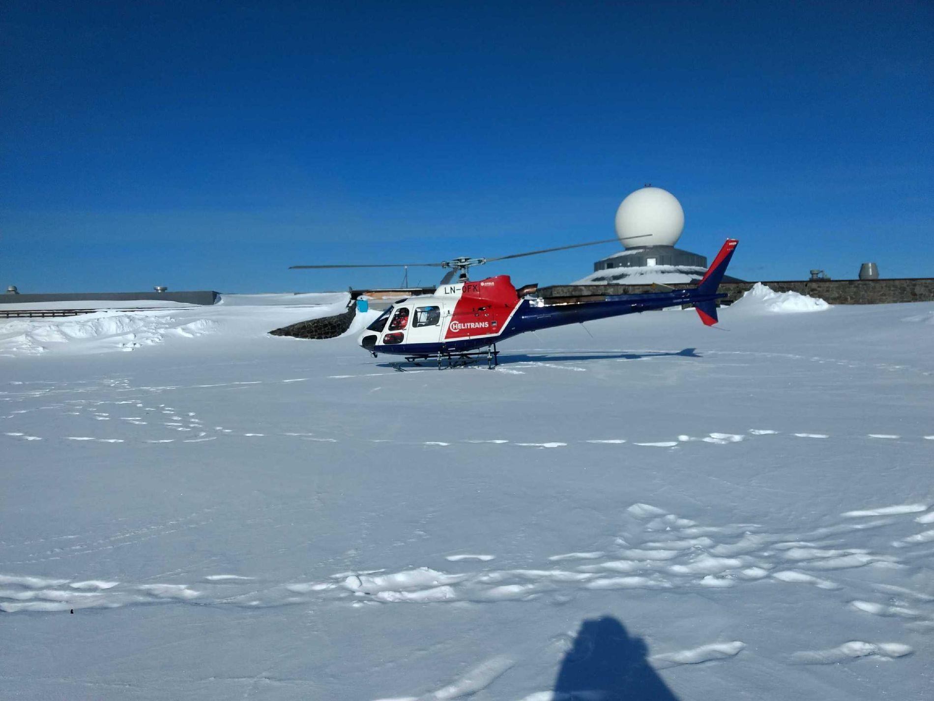 REDNINGEN: Et helikopter fra Statens vegvesen kom og hentet mossingen 1. påskedag.