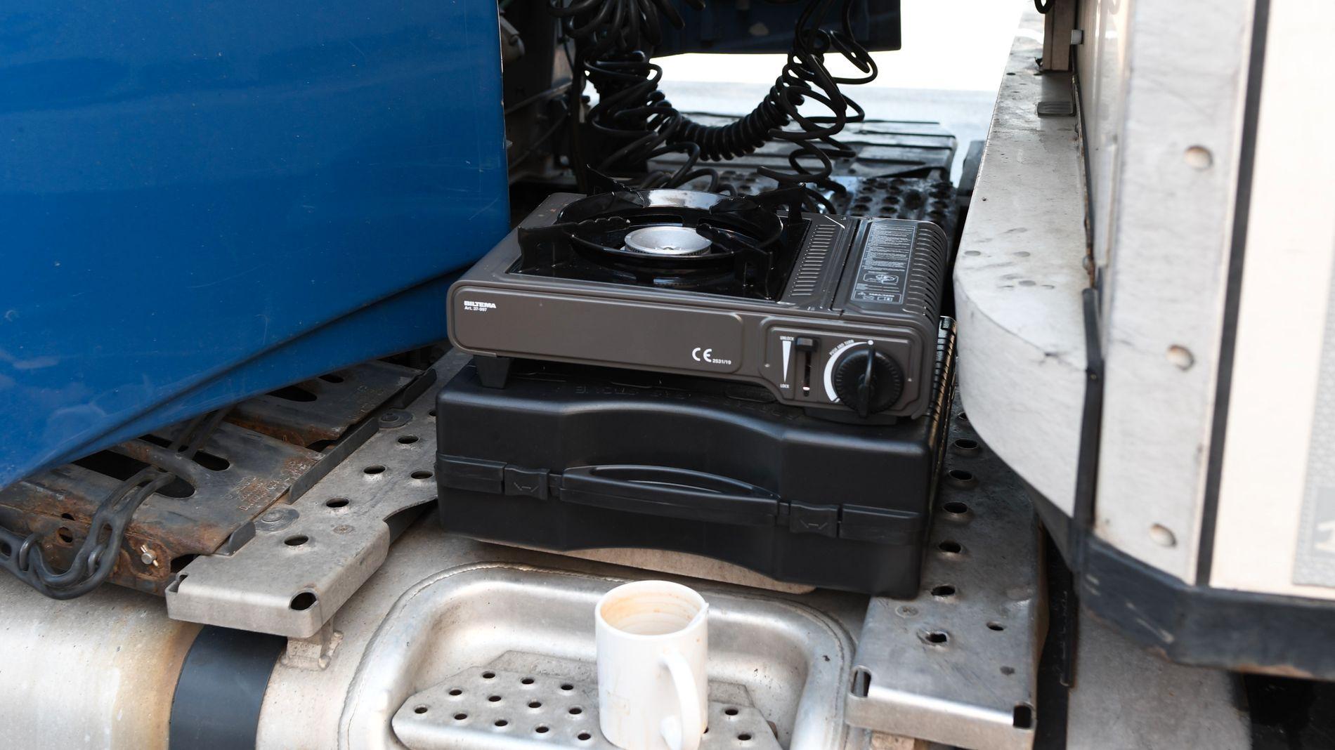 På en liten gassbrenner kokes det både middag og vann til kaffen.