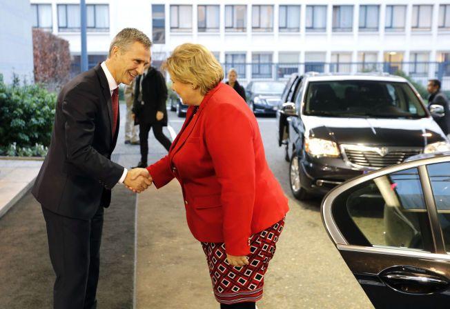 TAKK FOR SIST: Statsminister Erna Solberg ble tatt imot på NATOs trapp av generalsekretær Jens Stoltenberg onsdag ettermiddag,
