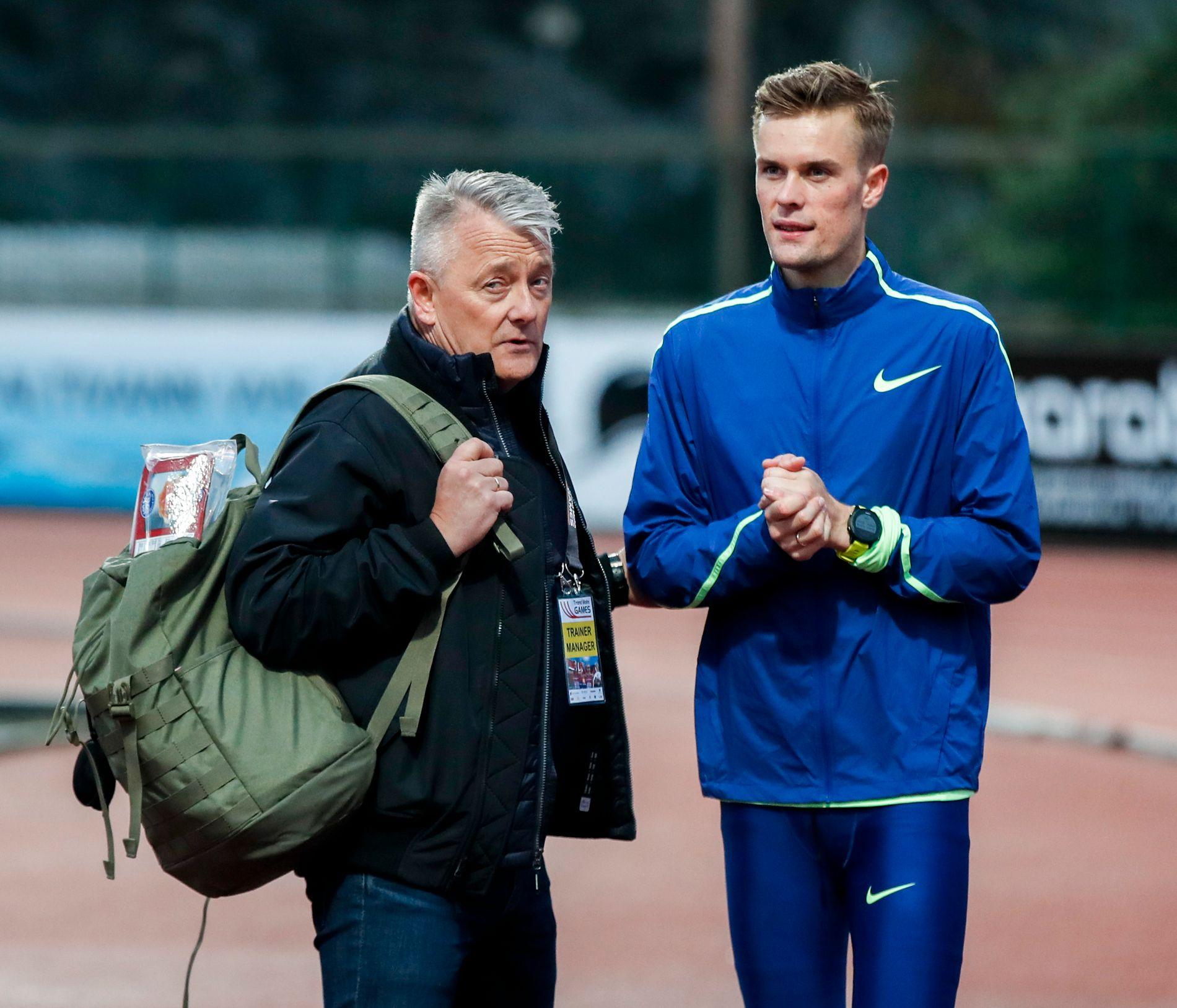 FAR OG SØNN: Gjert Ingebrigtsen og Filip snakker sammen etter sesongens første løp i Fana.