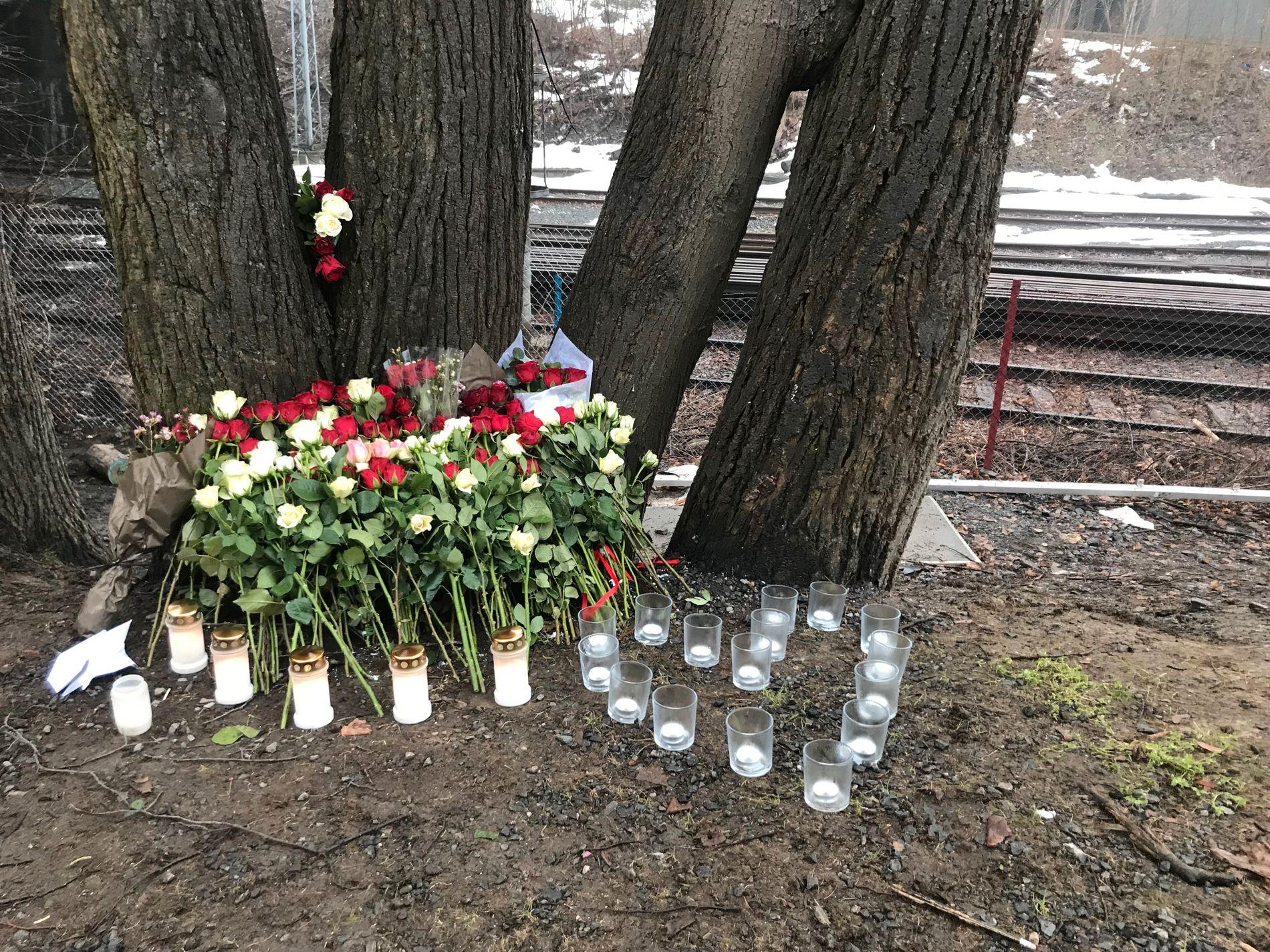 EN DØD, TO SKADET: 15 år gamle Even Warsla Meen omkom i høyspentulykken på Filipstad i februar i år. Blomster og lys ble lagt ned på stedet kort tid etterpå.