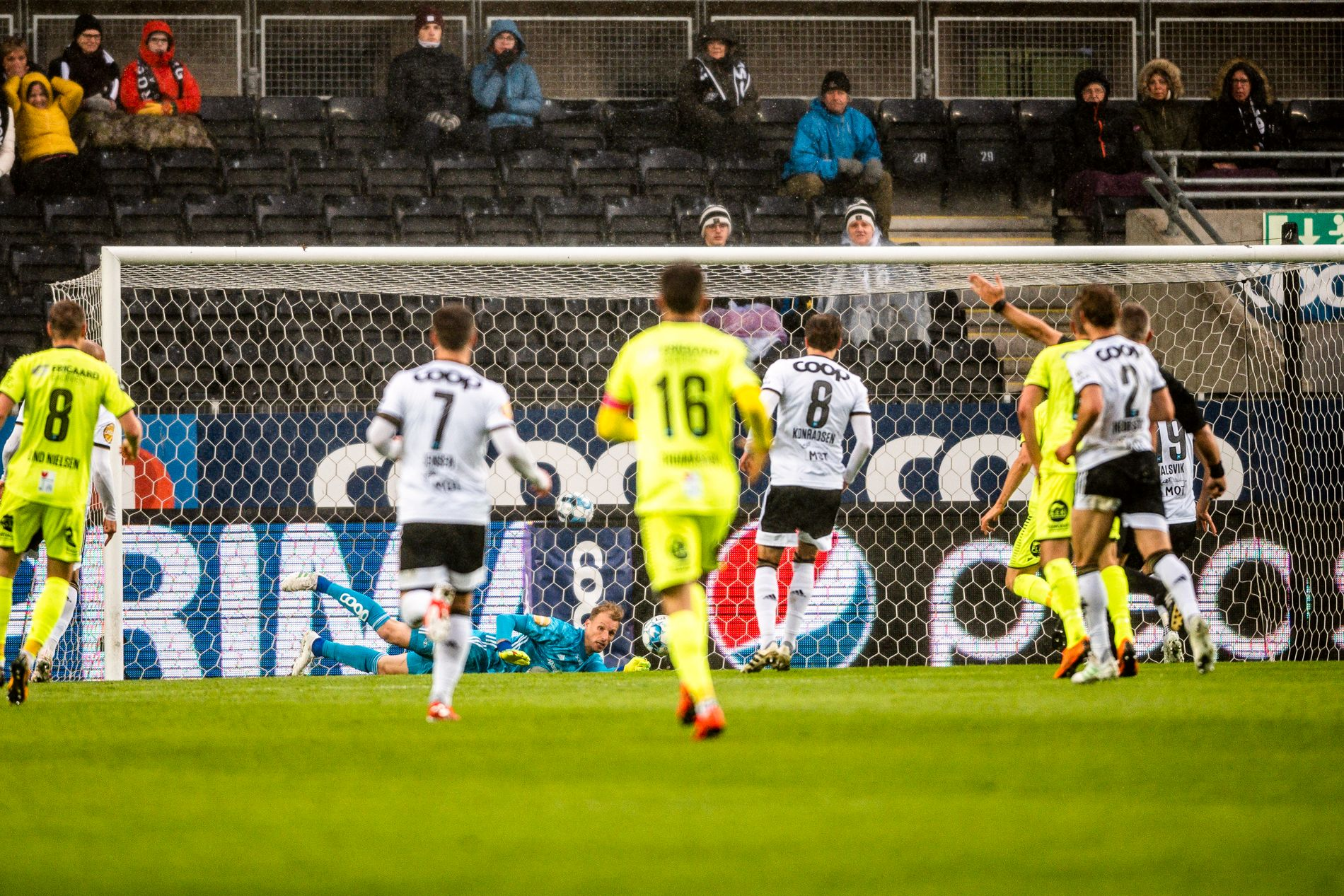 NÆRE PÅ: Rosenborgs keeper André Hansen redder på strek, og Gustav Valsvik tar seg av returen i oppgjøret mellom  Rosenborg og Sarpsborg 08 på Lerkendal Stadion.