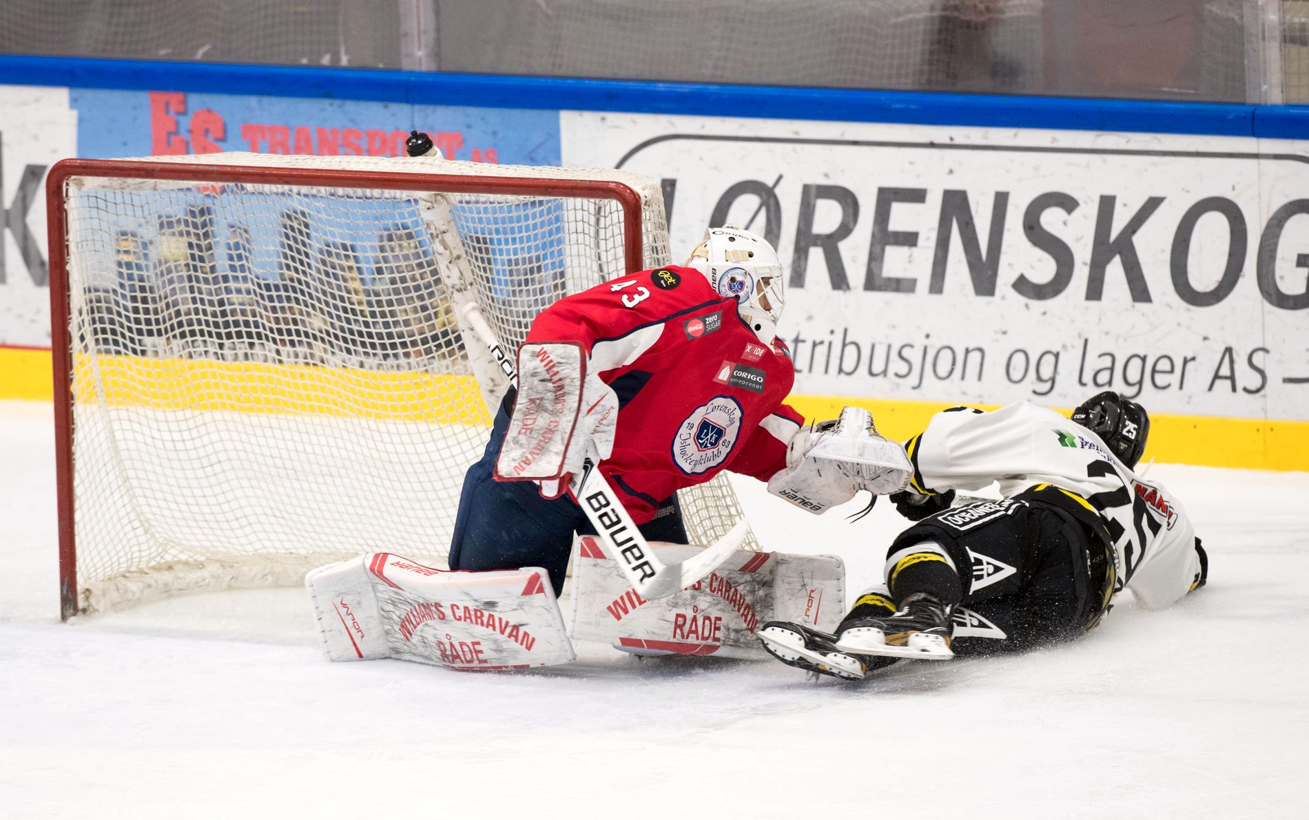 I TRØBBEL: Lørenskogs målvakt Sebastian Idoff i duell med Stavanger Oilers-spiller William Charles Rupuzzi.