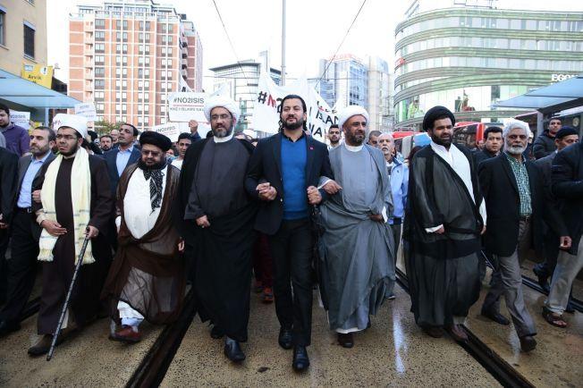 FEILSTEMPLET: Islamsk Råd, med generalsekretær Mehtab Afsar (i midten), ble søndag antatt å være terrorlistet av De forente arabiske emirater. Her deltar Afsar og andre muslimske ledere i demonstrasjonen mot Den islamske staten (IS) og Profetens Ummah.