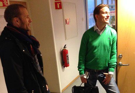 BRØDREBESØK: Tromsø-trener Steinar Nilsen (t.h.) på Alfheim onsdagens trening. Broren og tidligere Tottenham-spiller Roger Nilsen var innom. Foto: Øyvind Herrebrøden