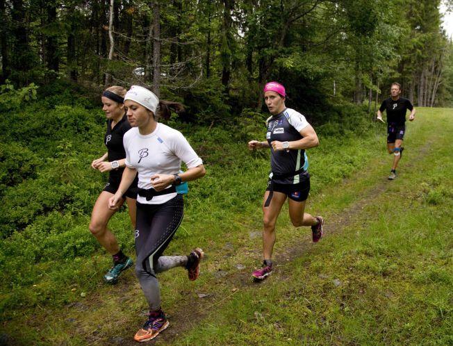LØPETUR MED «DRONNINGEN»: Marit Bjørgen var med på treningstur med langrennsjentene under augustsamlingen i Lillehammer. Fra venstre: Marthe Kristoffersen, Heidi Weng, Marit Bjørgen og trener Egil Kristiansen.