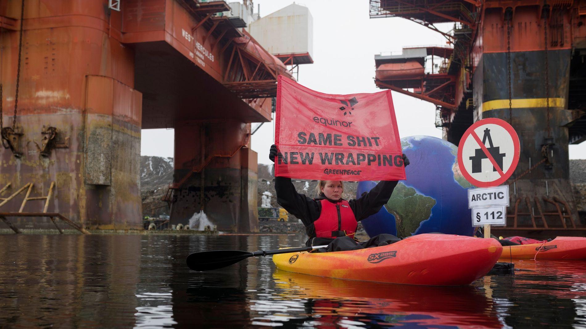BORDET RIGG: Greenpeace-aktivister bordet torsdag boreriggen West Hercules utenfor Bergen. Statoil har hyret denne riggen til å bore Korpfjell-prospektet, som Greenpeace også har protestert mot tidligere.