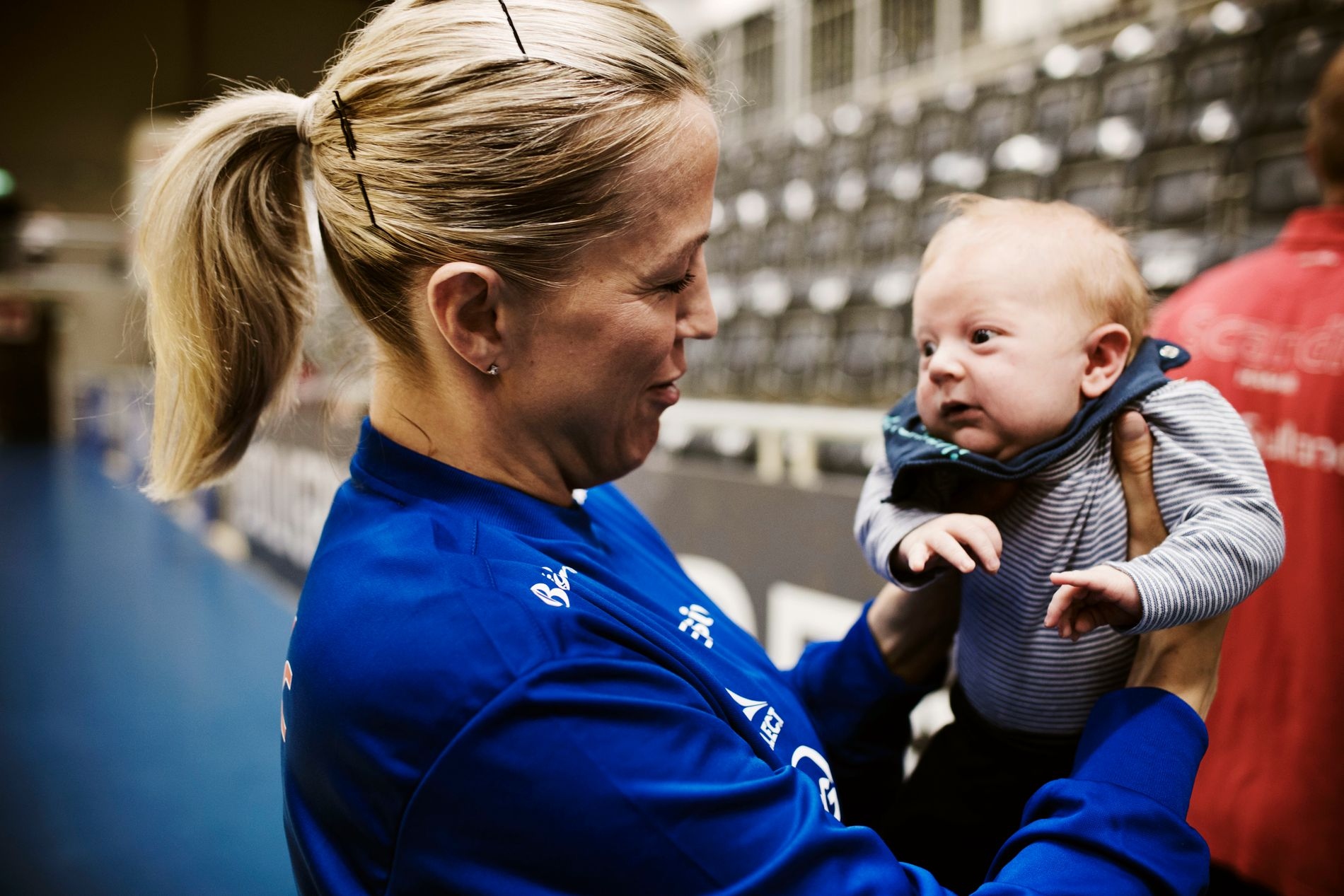 SE PÅ GUTTEN MIN: Heidi Løke med sønnen Oscar på første håndballtrening med Storhamar. 30. juni ble Heidi og Bjørn Vestrum Olsson foreldre til gutten.