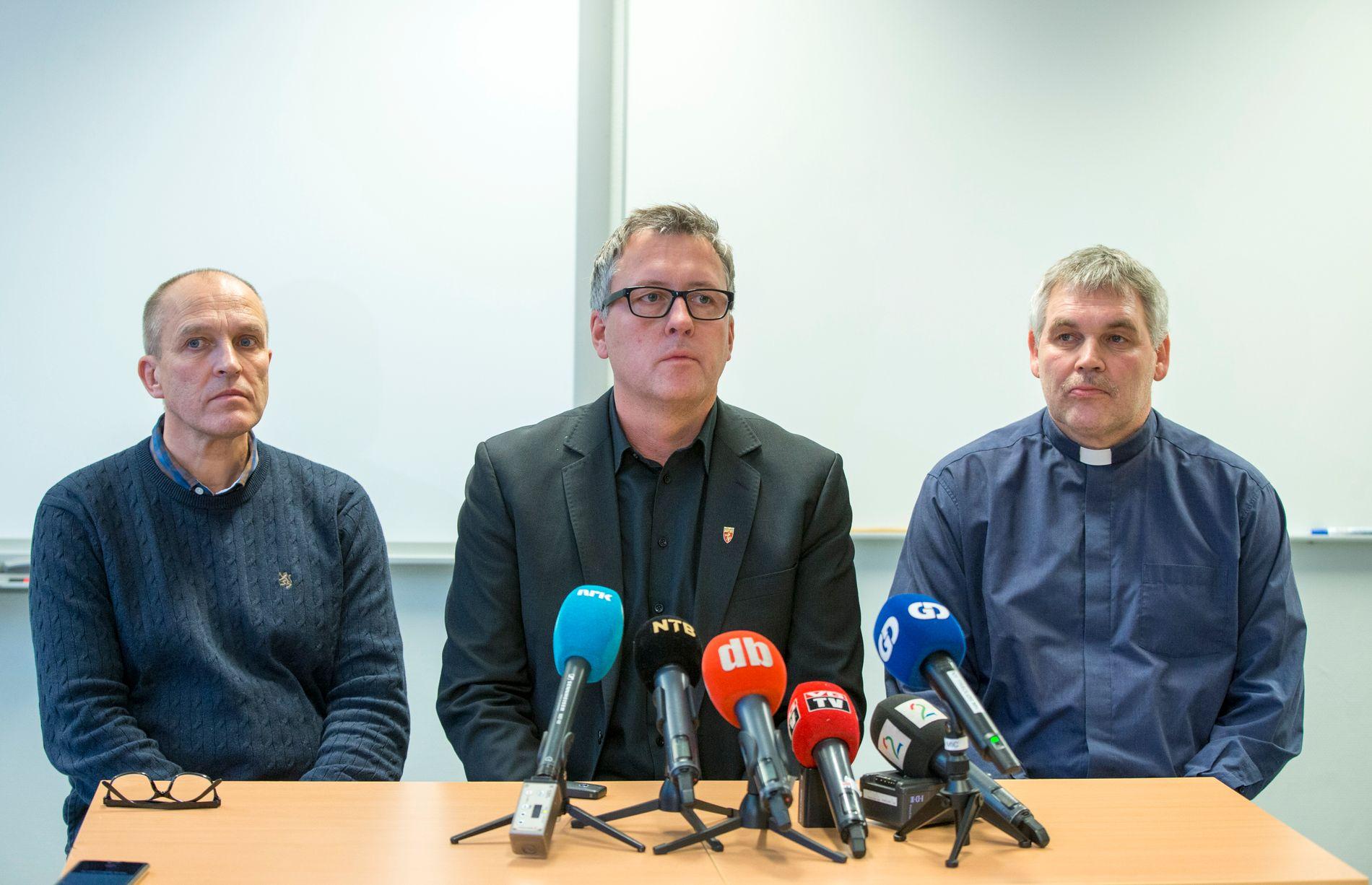 Rektor Leif Solheim t.v., ordfører Rune Støstad og sogneprest Terje Elvestad med pressebrifing