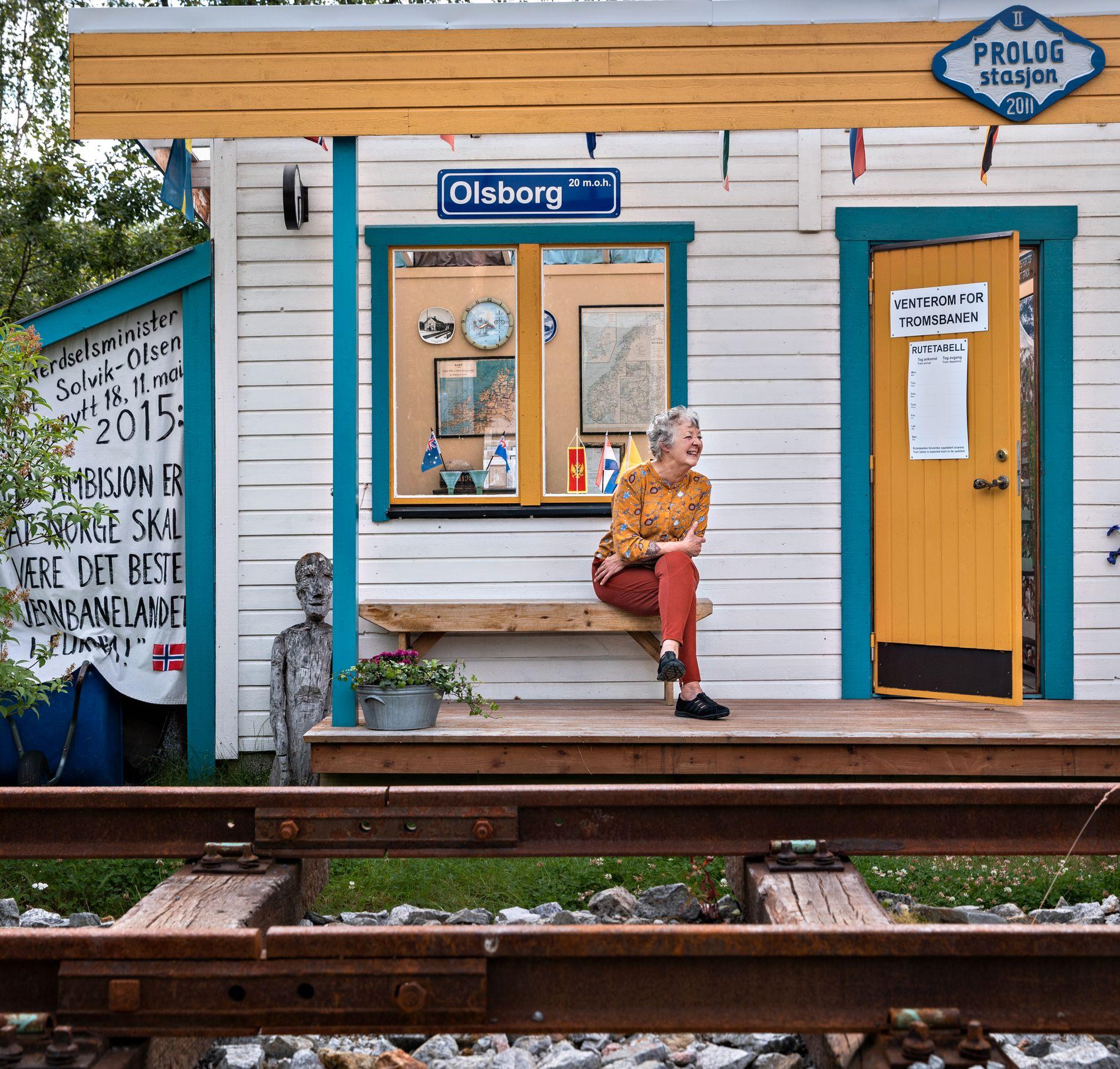 VENTER PÅ TOGET: Hilde Sagland har ønsket seg jernbane i Nord-Norge i mange år. Fremdeles er det lite trafikk på Olsborg jernbanestasjon.