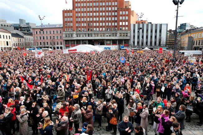 ABSURD OG TRIST: – Året er 2016 og unge kvinner mottar altså voldstrusler fra andre kvinner etter at de har engasjert seg i en legitim kvinnepolitiskdebatt på et 8. mars-møte. Det er så absurd at det knapt lar seg parodiere. Hvordan kom vi hit, spør Venstre-medlem Sofie Høgestøl. Bildet er fra 8. mars-toget i Oslo i 2014.
