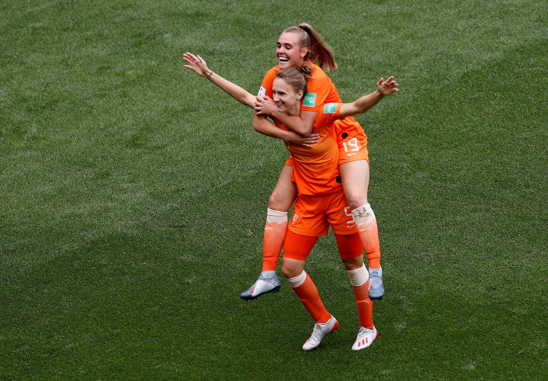 ORANSJE JUBEL: Arsenal-spiss Vivianne Miedema jubler med innbytter Jill Roord på ryggen etter sin 1–0-scoring mot Italia.