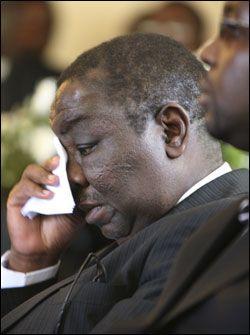 SØRGET OVER KONA: Statsminister Morgan Tsvangirai sørget over sin kone, som omkom i en bilulykke fredag. Foto: AP
