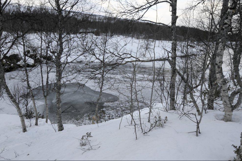 INNGANG: Hullet i isen hvor dykkerne har tatt seg inn til grotten i Pluradalen. Foto: SCANPIX