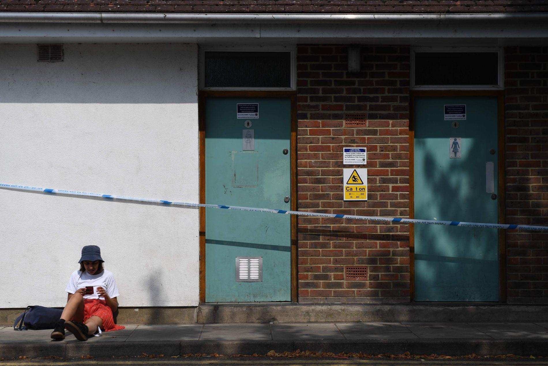 ETTERFORSKNING: Antiterrorpolitiet leder etterforskningen i Amesbury, og har stengt av flere områder i byen, blant annet denne toalettbygningen.