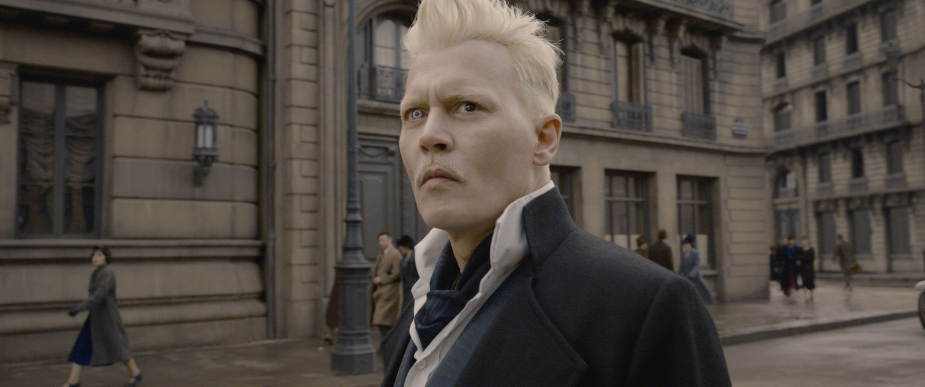 OVERMENNESKE: Gellert Grindelwald (Johnny Depp) ser helst at magiske personer styrer over oss vanlige dødelige.