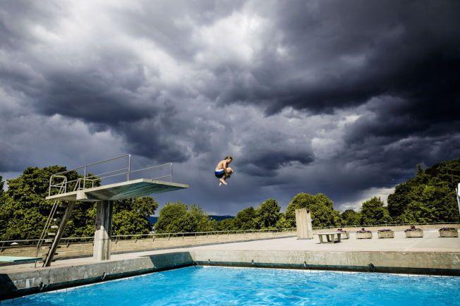 BADEGLEDE: Varmt vær kan føre til regn på ettermiddagen, men litt regn trenger ikke å stoppe badeglade nordmenn. FOTO: KRISTER SØRBØ/VG