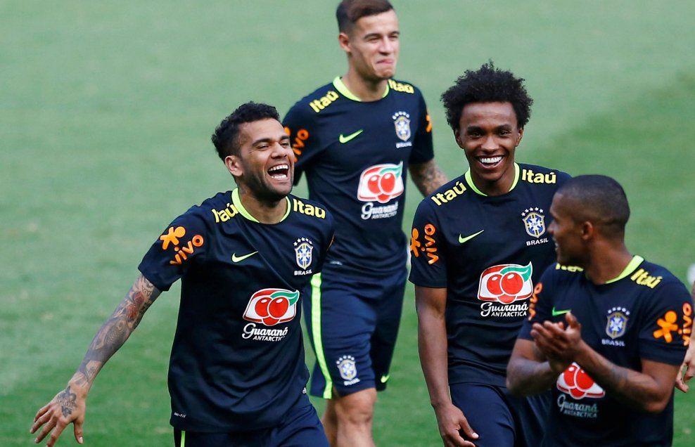 EKSKLUSIV SKYSS: De brasilianske spillerne som til daglig spiller i Premier League, skal sporenstreks flys hjem etter onsdagens kamp mot Peru. Her er Dani Alves, Philippe Coutinho, Willian and Douglas Costa under en treningsøkt denne uken - både Coutinho og Willian skal hjem med privatflyet.