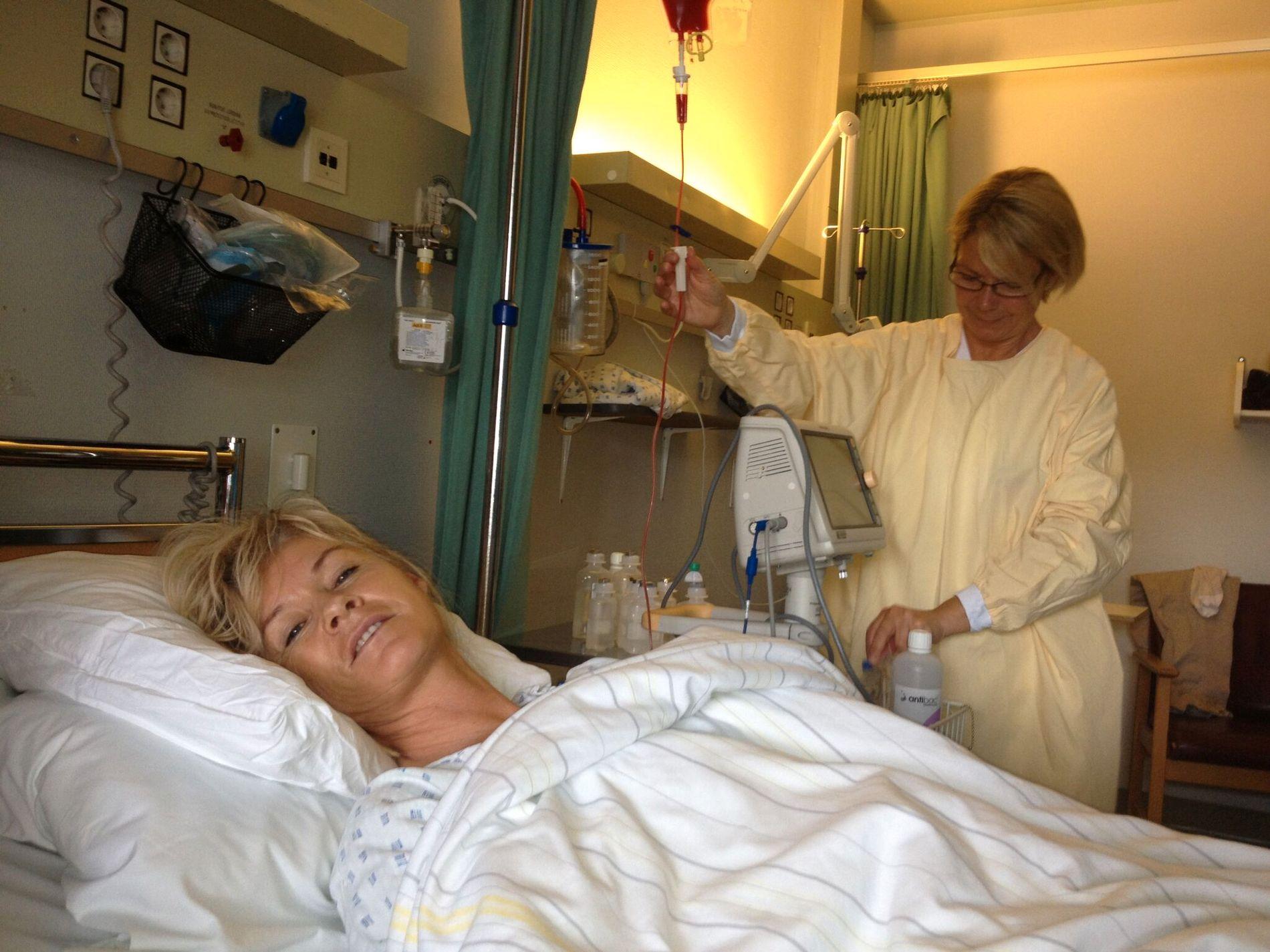 KREFTSYK: Ingrid Quist har uhelbredelig beinmargskreft. Her får hun nye stamceller på Haukeland i Bergen i 2010. Ektemannen Finn Helge Quist (55) jobber med å få raskere medisinbehandling i det offentlige.