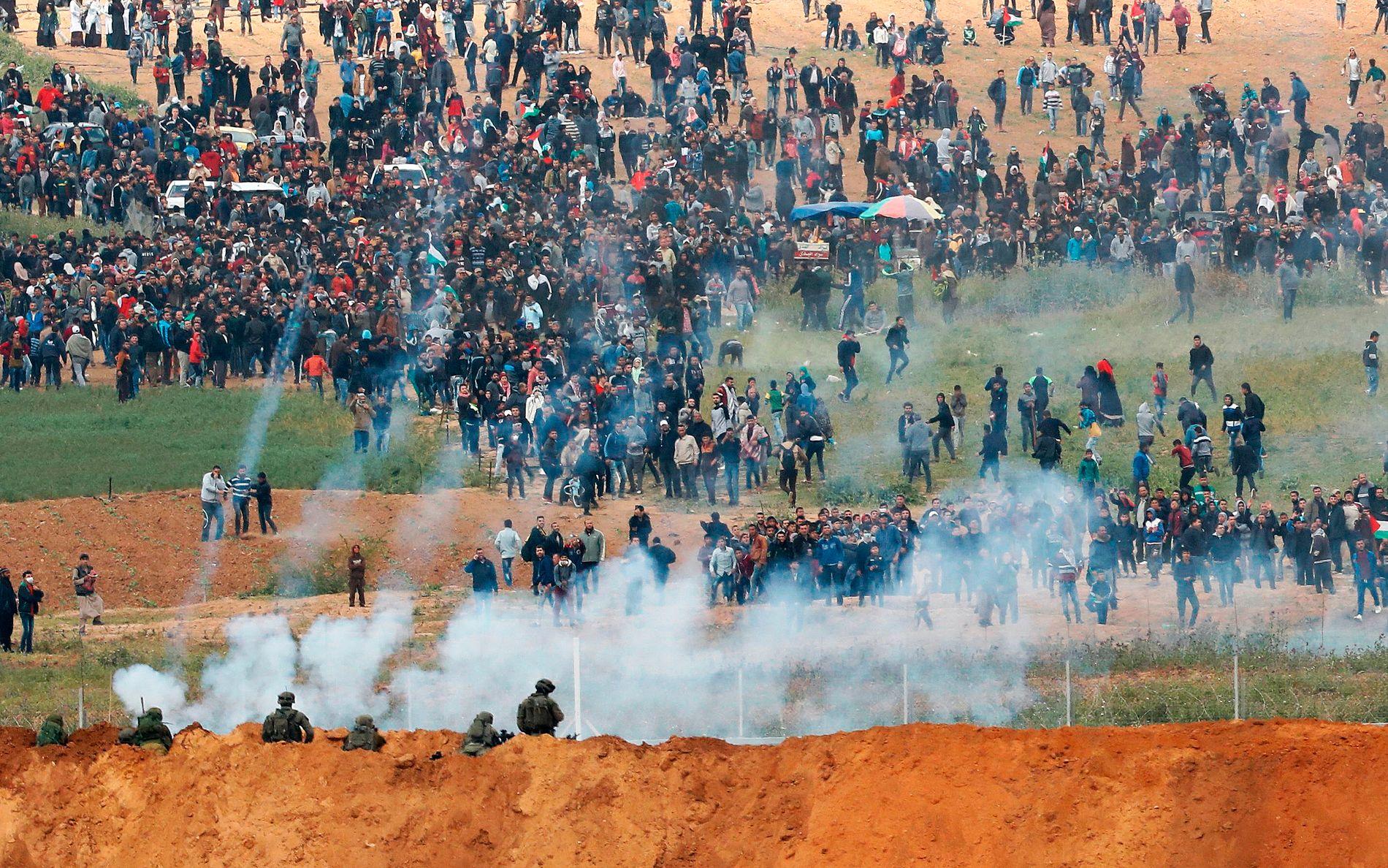 FLERE DREPT: Det israelske forsvaret har rullet ut stridsvogner, og slipper tåregass fra droner i et forsøk på å stagge den marsjerende mengden langs den israelsk-palestinske grensen.