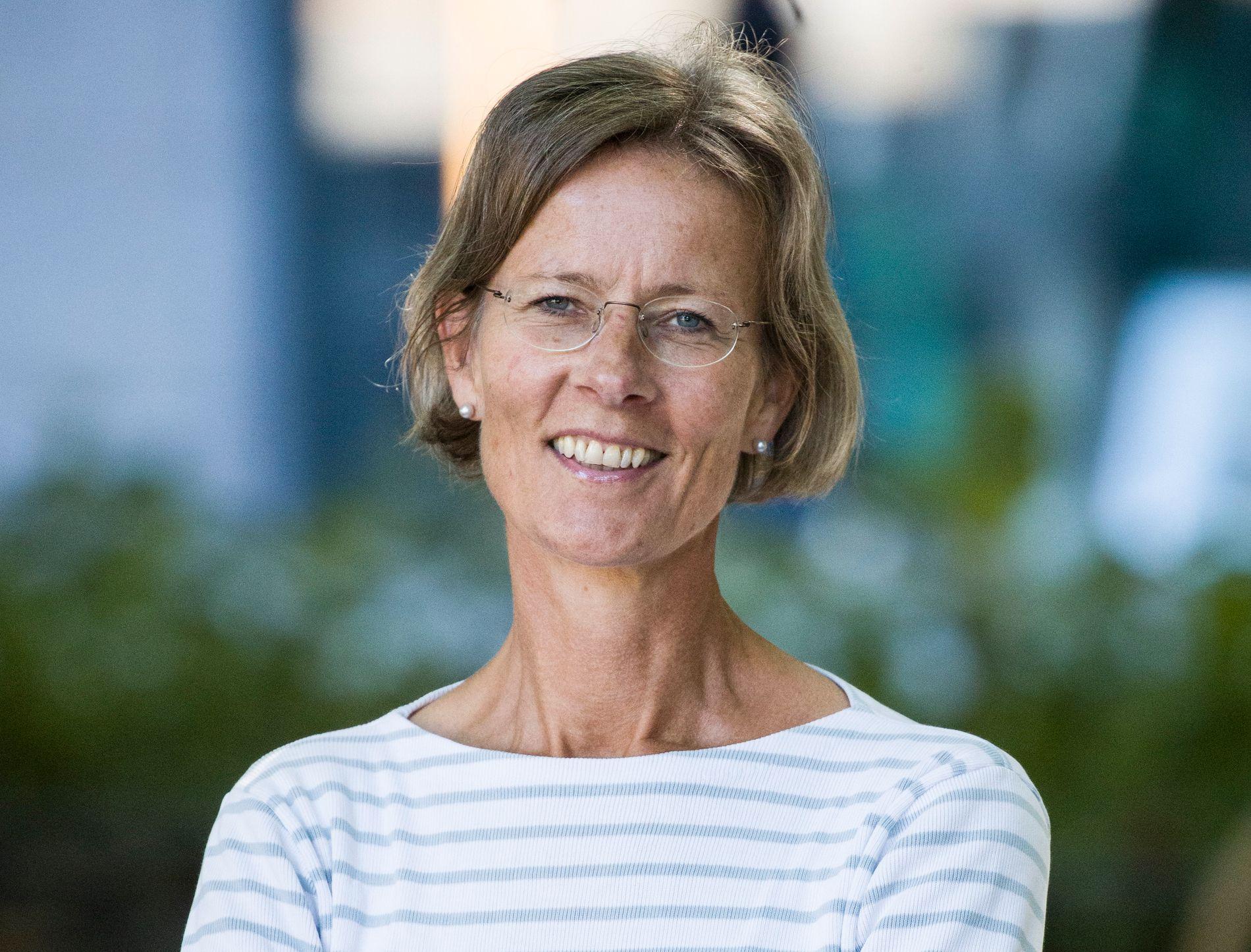 NUMMER 1: Helga Hjorth, som er jurist og jobber i Riksarkivet, debuterte med «Fri vilje» i forrige uke. Romanen er hennes forsvar mot storesøster Vigdis Hjorths «Arv og miljø» - og går nå til topps på den norske bestselgerlisten.