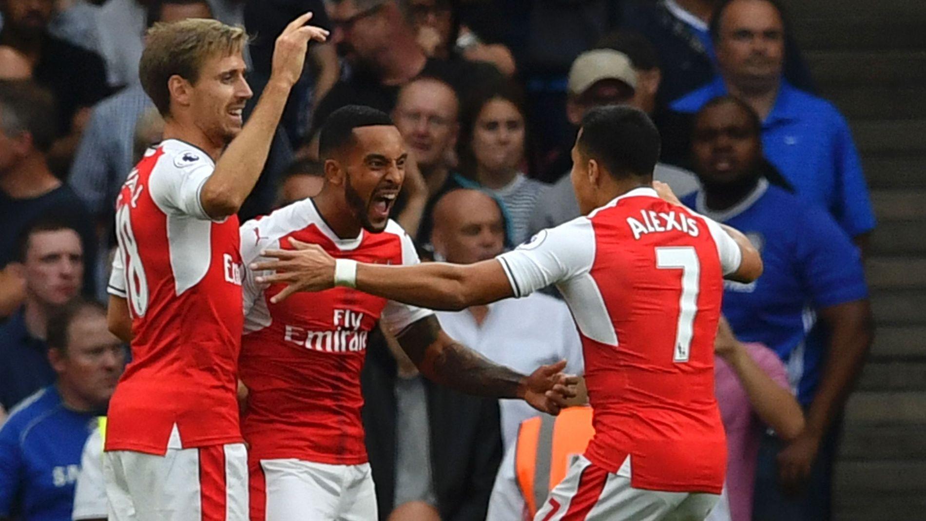 FESTFOTBALL: Walcott (i midten) gratuleres av Monreal (t.v.) og Alexis Sánchez (t.h.) etter å ha scoret Arsenals andre.