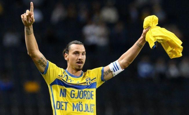 FEIRET MED SPESIALTRØYE: Zlatan Ibrahimovic takket fansen etter å ha satt rekord i kveld.