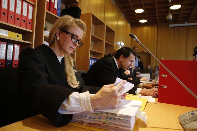 AKTOR: Kristin Røhne ser gjennom saksdokumenter. De neste elleve ukene skal hun føre den omfattende overgrepssaken på vegne av påtalemyndigheten.