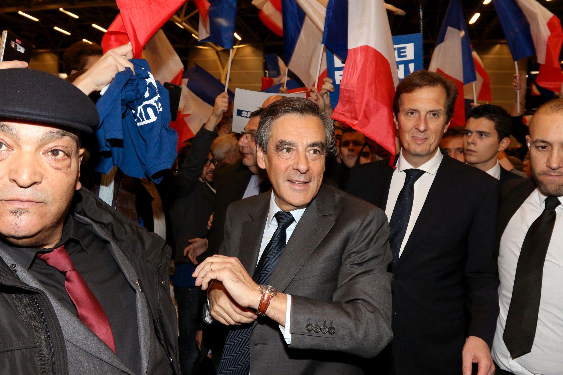 PATRIOT: Til stor begeistring spilte Francois Fillon(62) opp til fransk patriotisme og nasjonale følelser da han holdt sitt siste valgmøte. Fillon er favoritt til å bli valgt til Les Republicains presidentkandidat. Foto: KRISTOFER SANDBERG
