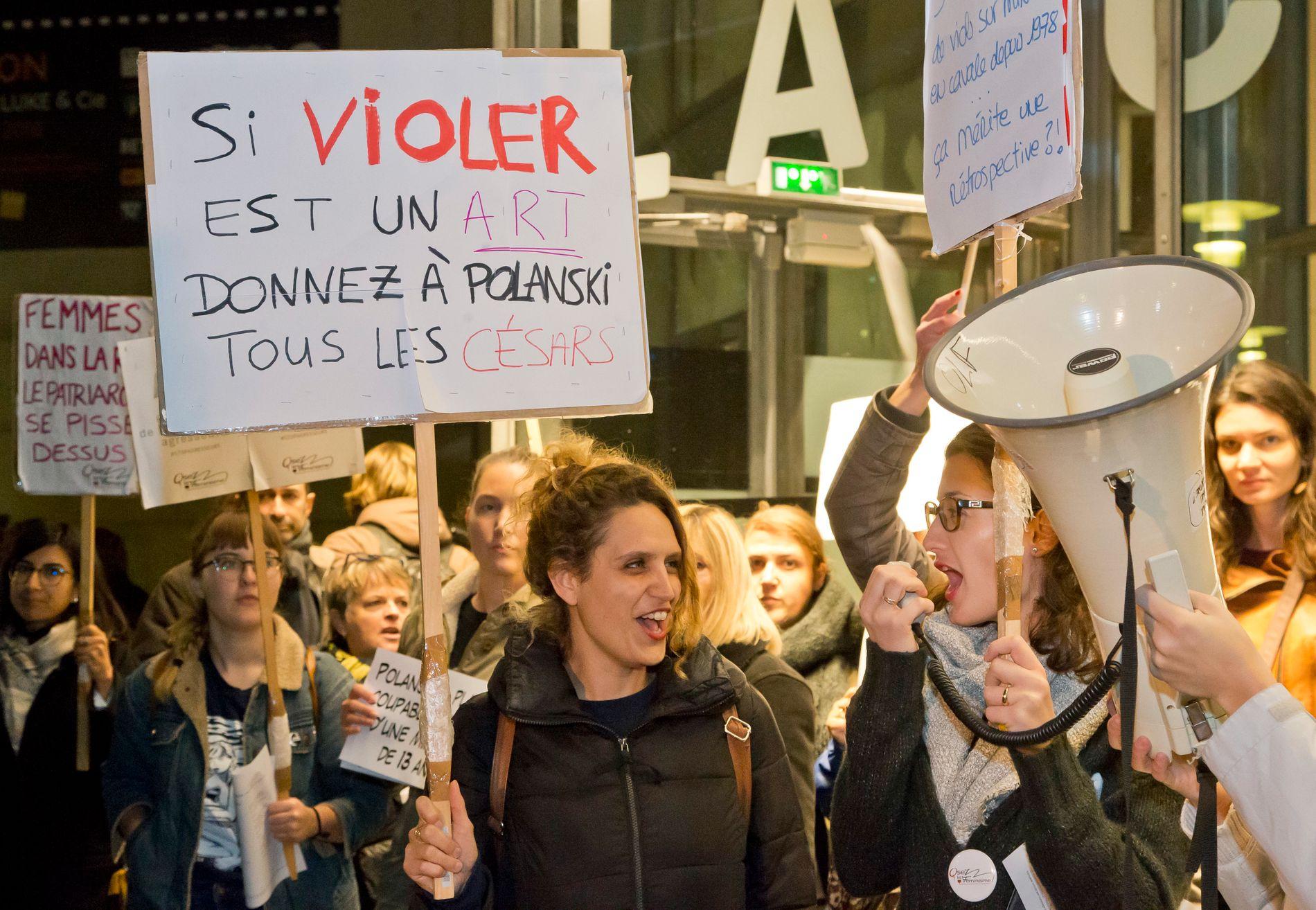 MANGE: Også påkledde demonstranter ga Polanski motstand.