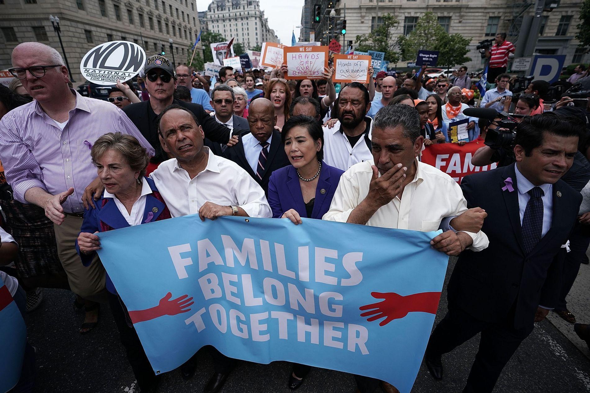 PROTEST: Bildet viser flere demokrater, deriblant   Joseph Crowley og Jan Schakowsky, i et demonstrasjonstog mot grensepolitikken den 13. juni.