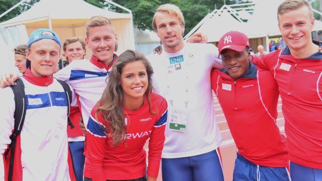ØNSKET VELKOMMEN: Even Pettersen (fra venstre), Joachim Sandberg, Simen Sigurdsen, Salum Kashafali og Håkon Morken ønsker Amalie Iuel (midten) velkommen på det norske U23-laget.