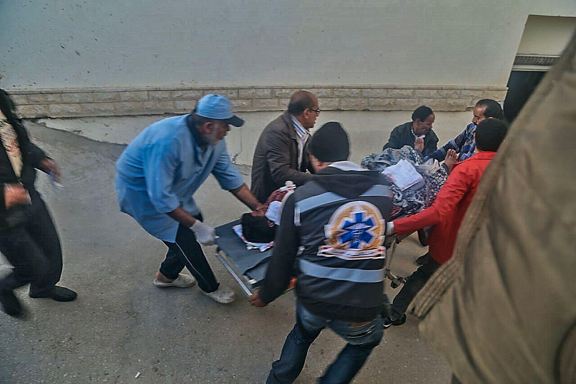 DRAMATISK: Skadede fraktes vekk etter angrepet.