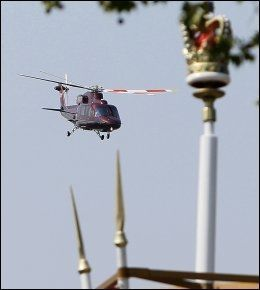 UP, UP AND AWAY: Brudeparet forlot slottet i helikopter. Foto: AP.