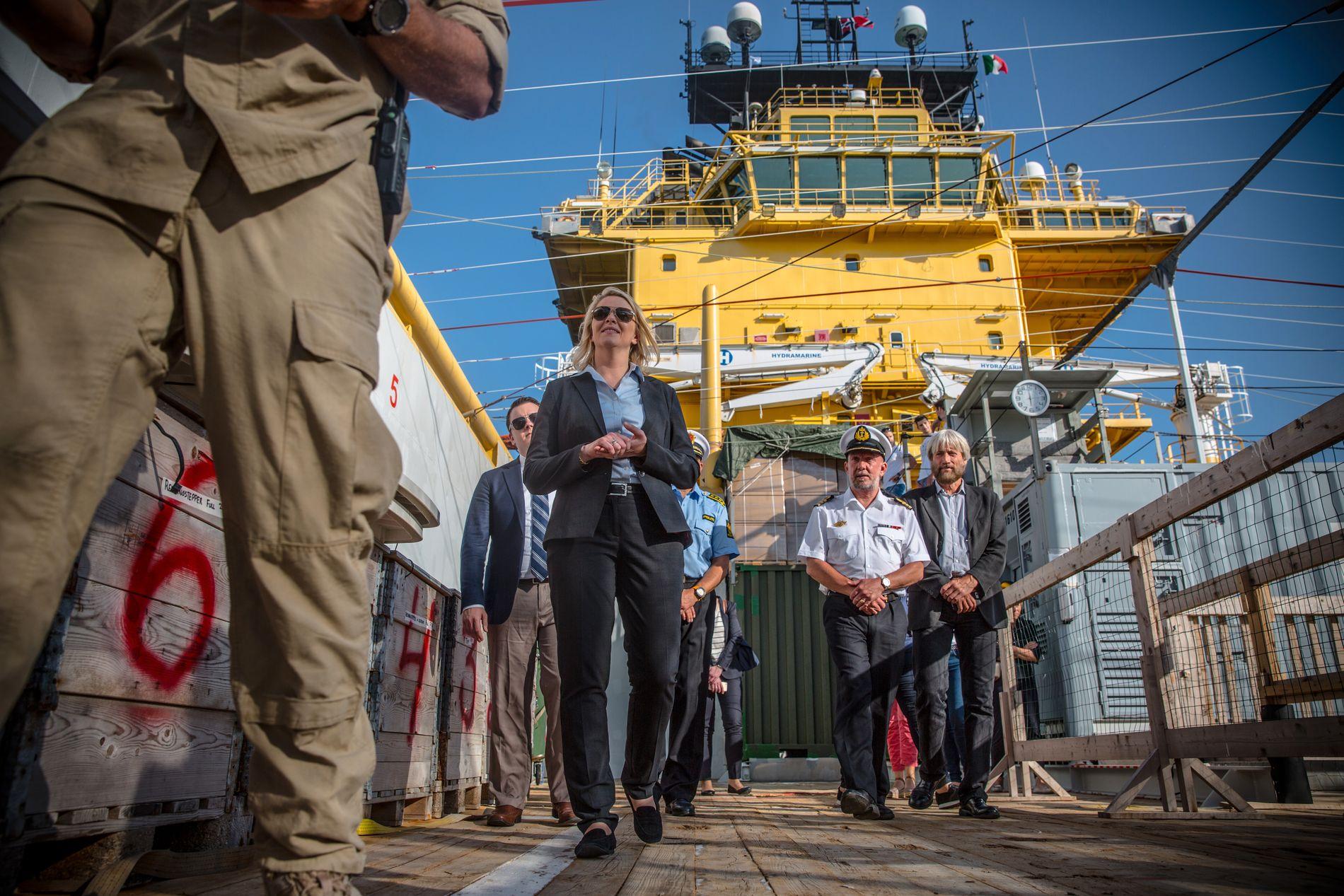 INSPEKSJON: I ett år har det norske skipet «Siem Pilot» reddet liv mellom Catania og Tripoli. Mandag fikk de besøk av innvandringsminister Sylvi Listhaug (Frp) da de lå i havn.