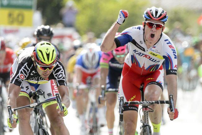 VIL BLI HELT I GRØNN: Her jubler Alexander Kristoff etter en etappeseier i Tour de Suisse i juni. Lørdag starter jakten på nye Tour-triumfer og den grønne poengtrøyen. Konkurrent Peter Sagan til venstre.