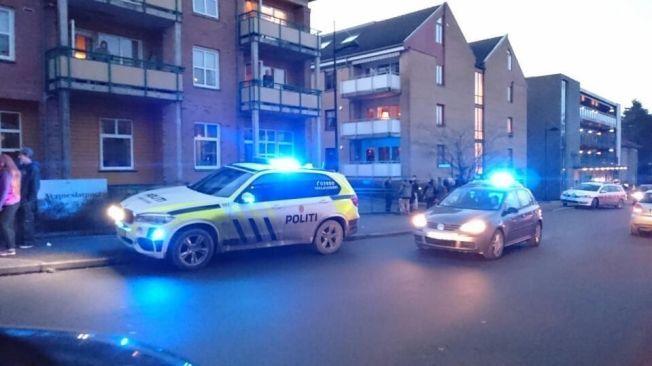 STOR POLITIAKSJON: Etter en større politiaksjon ble en mann pågrepet her i Vennesla sentrum, etter at to polititjenestemenn ble knivstukket fredag ettermiddag.