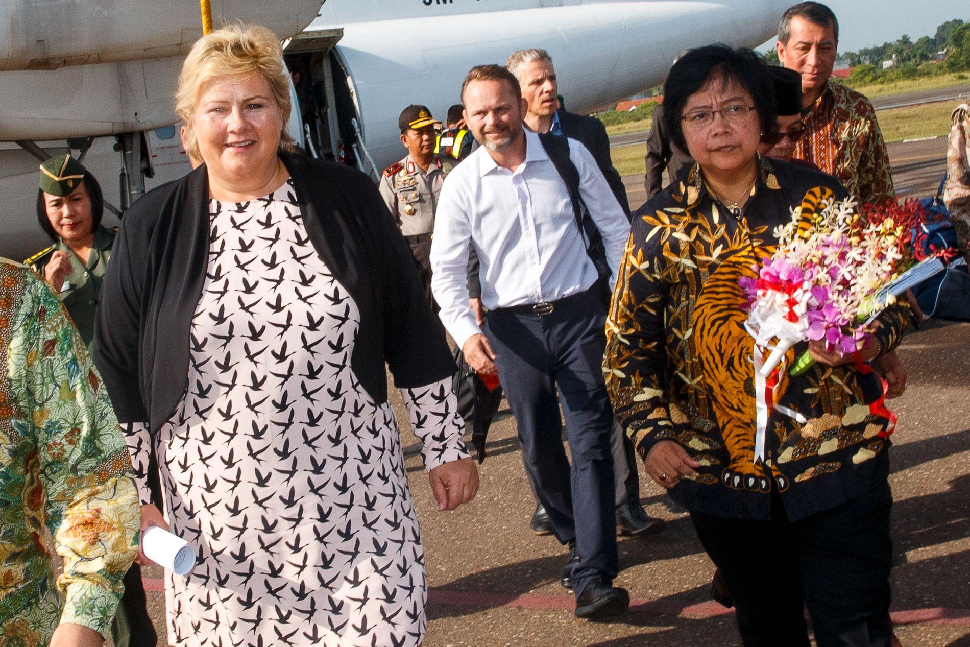 SUMATRA: Norges ambassadør i Indonesia Stig Traavik (i midten) ble hjemkalt og fratatt tittelen av Utenriksdepartementet i fjor. Her er han fotografert på Sumatra da statsminister Erna Solberg besøkte landet i 2015.