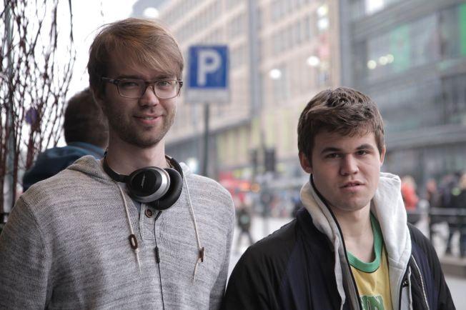 TETT PÅ: Regissør Benjamin Ree (t.v.) har tilbrakt utallige timer sammen med Magnus Carlsen. Om et års tid er dokumentarresultatet klart for publikum.