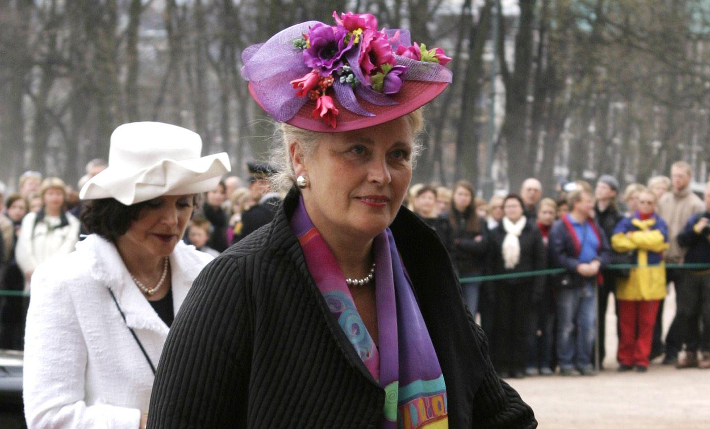 KONGE-LEGEN: Babill Stray-Pedersen på vei til slottet i april 2004. Hun var tilstede under fødselen til både kronprins Haakon og prinsesse Märtha Louise, og var kronprinsesse Mette Marits gynekolog.