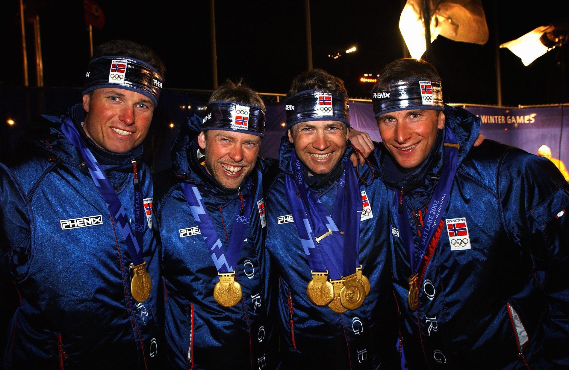 STAFETTGULL 2002: Frode Andresen, Halvard Hanevold, Ole Einar Bjørndalen og Egil Gjelland med gullmedaljene sine etter medaljeseremonien i Salt Lake i 2002.