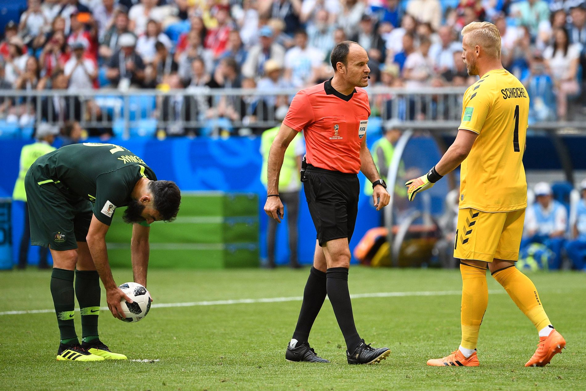 VAR DU HELT SIKKER? Kasper Schmeichel (fra høyre) skjønte lite da dommer Antonio Mateu Lahoz likevel dømte straffe mot ham og Danmark etter først å ha latt spillet gå videre. Mile Jedinak (venstre) takket og bukket for muligheten.