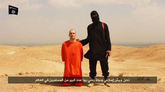 HENRETTET: Under en melding betegnet som «En melding til Amerika» ble denne videodokumenterte henrettelsen av en amerikansk statsborger plukket opp på sosiale medier. Videoen ble senere verifisert, og mannen ble identifisert som den amerikanske journalisten James Foley. I motsetning til ISs nye bilder, er denne IS-bøddelen bevæpnet med kniv.